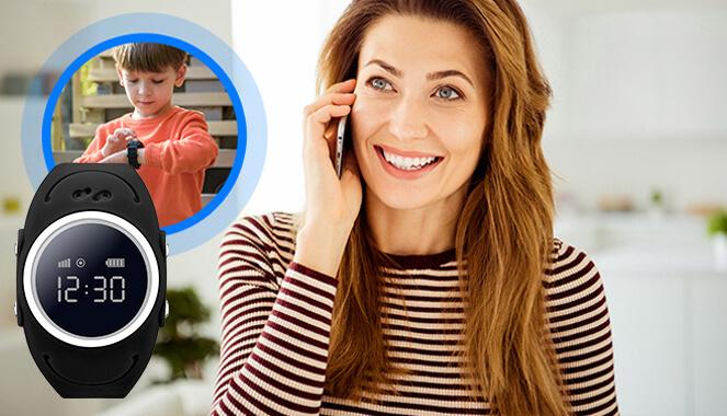 zdjęcie podzielone na dwie części, po lewej młoda brunetka z długimi włosami w niebieskiej sukience opiera się o stolik trzymając w jednej ręce papierowy kubek, w drugiej dłoni trzyma przy uchu telefon komórkowy oraz chłopiec w niebieskiej koszulce nachylający się nad niebieskim zegarkiem z gps i funkcją dzwonienia i odbierania połączeń