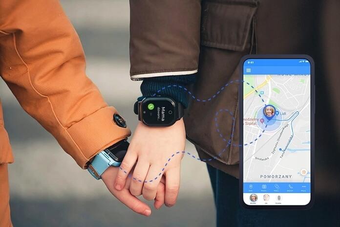 dwóch chłopców w kaskach, ubranych w krótkie spodenki i jasne koszulki, z kolorowymi plecakami, jedzie po ścieżce rowerowej na hulajnodze oraz widok telefonu komórkowego z obrazem z aplikacji Bezpieczna Rodzina, czyli lokalizacja dziecka w telefonie komórkowym